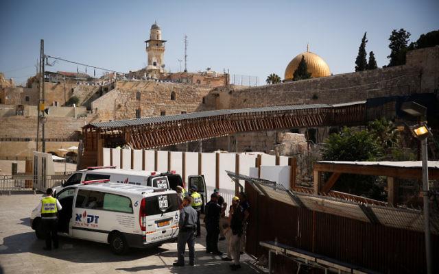 Les personnels d'urgence médicale et sécuritaire sur les lieux où deux Israéliens ont été grièvement blessés et un autre plus légèrement lors d'une attaque à l'arme à feu commise près du mont du Temple dans la Vieille ville de Jérusalem, le 14 juillet 2017 (Crédit : Hadas Parush/FLASH90)