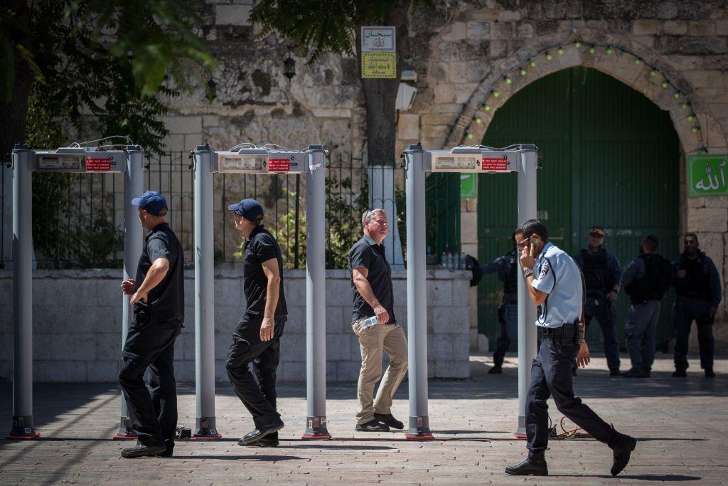 Nouveaux détecteurs de métaux installés devant le mont du Temple, dans la Vieille Ville de Jérusalem, le 16 juillet 2017. (Crédit : Yonatan Sindel/Flash90)