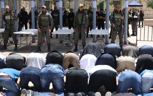 Des fidèles musulmans protestent contre les détecteurs de métaux mis en place à l'entrée du mont du Temple après un attentat, le 16 juillet 2017. (Crédit : Yonatan Sindel/Flash90)