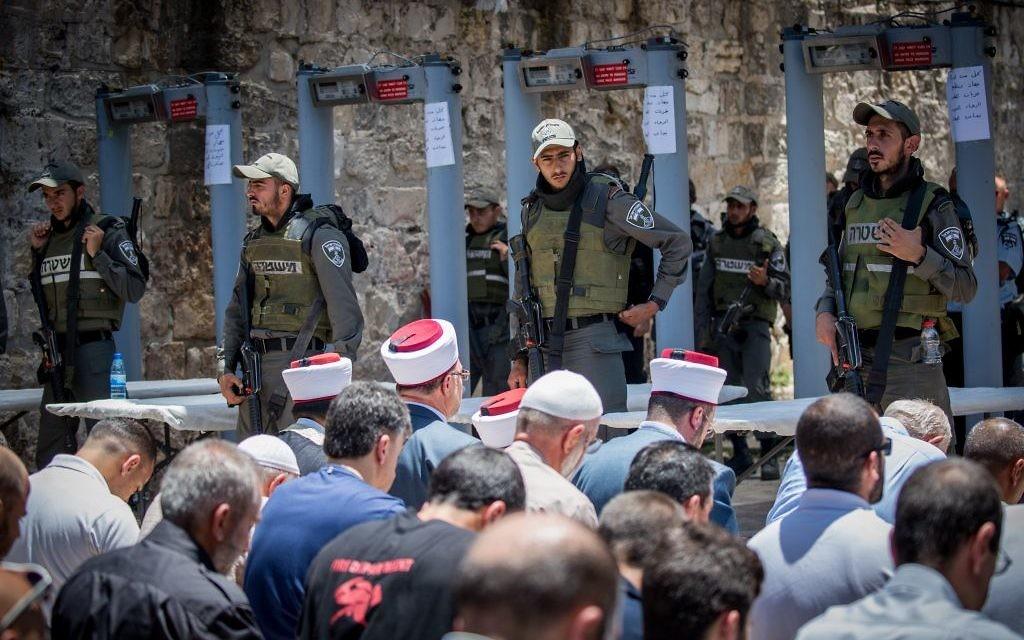 Les responsables du Waqf dirigent la prière aux abords du mont du Temple le 16 juillet 2017. Les responsables de l'instance religieuses ont demandé aux fidèles de ne pas pénétrer sur le site via les détecteurs de métaux placés par Israël pour des raisons sécuritaires après un attentat terroriste survenu le 14 juillet. (Crédit :  Yonatan Sindel/Flash90)