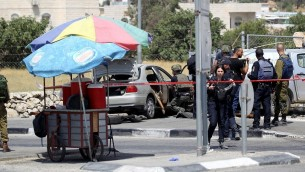 Forces de sécurité israéliennes sur le site d'une attaque à la voiture bélier près de Beit Anoun, en Cisjordanie, le 18 juillet 2017. (Crédit : Wisam Hashlamoun/Flash90)