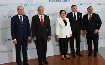 Le Premier ministre Netanyahu et ses homologues hongrois, slovaque, tchèque et polonais,à Budapest, le 19 juillet 2017. (Crédit :Haim Tzach/GPO)