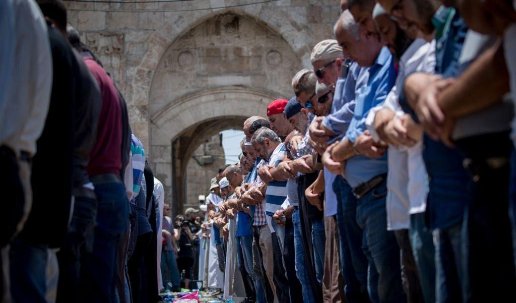 Fidèles musulmans devant la porte des Lions, à l'entrée du mont du Temple, dans la Vieille Ville de Jérusalem, le 19 juillet 2017. (Crédit : Yonatan Sindel/Flash90)