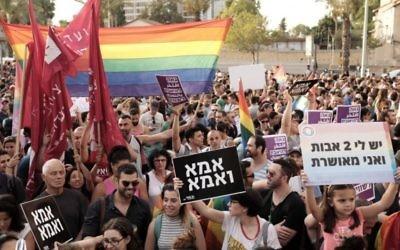 Des milliers de personnes manifestent pour le droit des couples LGBT à adopter des enfants lors d'un rassemblement à Tel Aviv, le 20 juillet 2017 (Crédit : Tomer Neuberg/FLASH90)