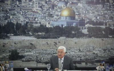 Le président de l'Autorité palestinienne Mahmoud Abbas donne un discours durant une rencontre des dirigeants palestiniens dans la ville de Ramallah en Cisjordanie, durant lequel il annonce le gel de tous les contacts avec Israël (Crédit :  Flash90)