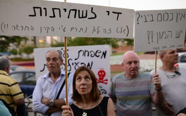 Des centaines de personnes manifestent à proximité de l'habitation du Procureur général Avichai Mandelblit à Petah Tikva le 22 juillet 2017 (Crédit : Tomer Neuberg/Flash90)