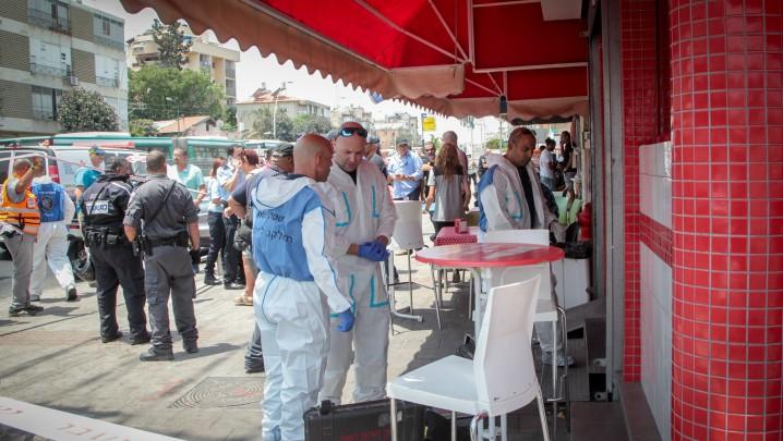 La police devant la boutique de shawarma où un Palestinien a poignardé un chauffeur de bus arabe israélien à Petah Tikva, le 24 juillet 2017. (Crédit : Roy Alima/Flash90)