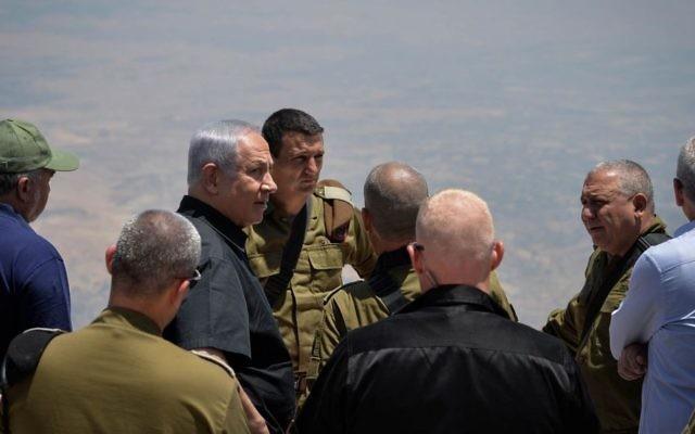 Le Premier ministre Benjamin Netanyahu, 3ème à gauche, le ministre de la Défense  Avigdor Liberman, à gauche, et le chef d'Etat major de l'armée israélienne  Gadi Eisenkot, 2ème à gauche, visitent la frontière nord sur le plateau du Golan, le 25 juillet 2017 (Crédit : Kobi Gideon/GPO/Flash90)