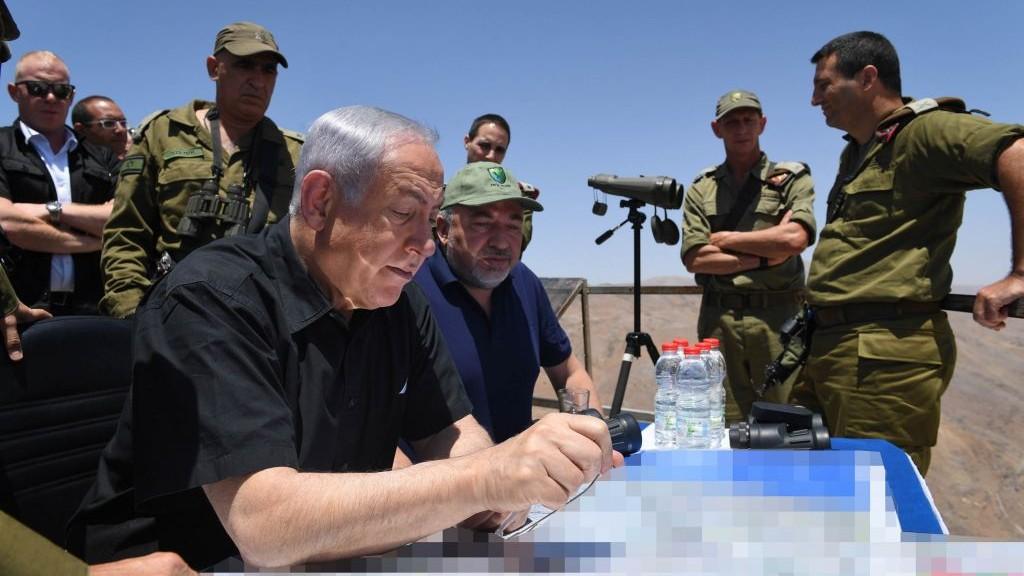 Le Premier ministre Benjamin Netanyahu et le ministre de la Défense Avigdor Liberman visitent la frontière nord sur le plateau du Golan, le 25 juillet 2017 (Crédit : Kobi Gideon/GPO/Flash90)