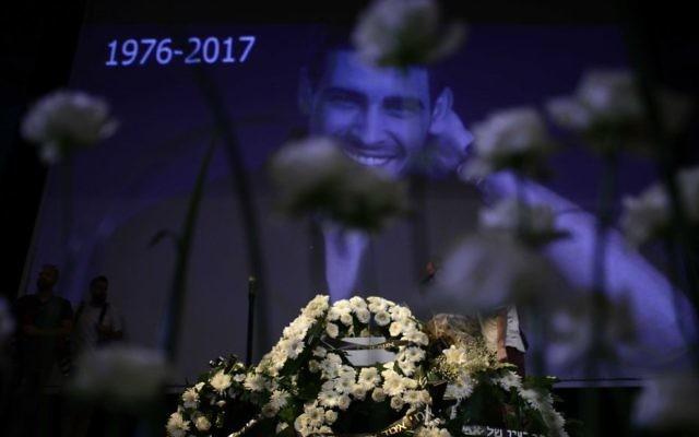 Les amis, les fans et la famille rendent hommage aux funérailles du chanteur et réalisateur Amir Fryszer Guttman au Habima Theatre à Tel Aviv le 25 juillet 2017 (Crédit : Tomer Neuberg / Flash90)