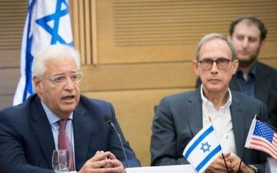 David Friedman ,ambassadeur des États-Unis en Israël (à gauche) et le député Nachman Shai lors d'une réunion du lobby pour les relations entre Israël et les États-Unis à la Knesset, le 25 juillet 2017. (Crédit : Yonatan Sindel / Flash90)