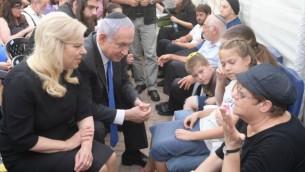 Le Premier ministre Benjamin Netanyahu et son épouse, Sara, ont été membres de la famille des trois membres de la famille Salomon qui ont été tués lors d'une attaque terroriste à Halamish le 22 juillet 2017. (Crédit : Amos Ben Gershom / GPO)