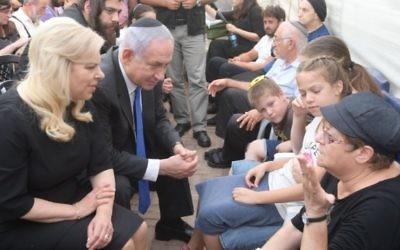 Le Premier ministre Benjamin Netanyahu et son épouse, Sara, ont été consoler les membres de la famille des trois victimes de la famille Salomon tués lors d'une attaque terroriste à Halamish le 22 juillet 2017. (Crédit : Amos Ben Gershom / GPO)