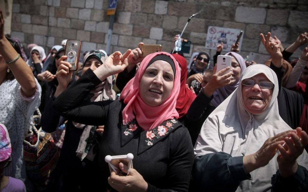Les musulmans célèbrent à l'extérieur du mont du Temple, dans la vVeille Ville de Jérusalem, l'annonce des dirigeants musulmans sur le retour à la prière au mont du Temple, après que la police israélienne a retiré toutes les mesures de sécurité qu'il avait mises en place suite à l'attaque terroriste sur le site saint il y a deux semaines, le 27 juillet 2017 (Crédit : Hadas Parush / FLASH90)