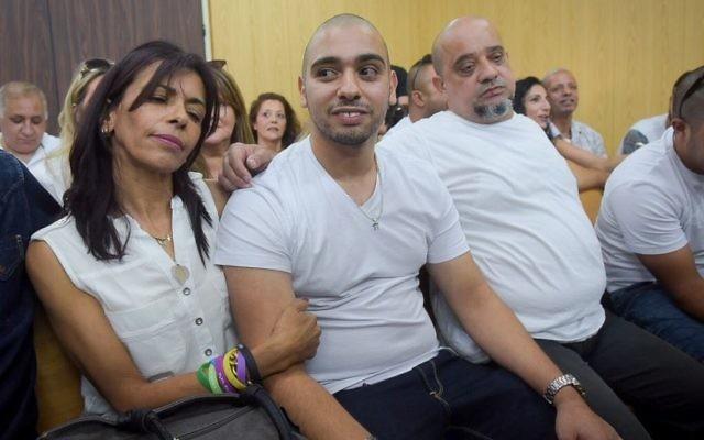 L'ancien sergent de l'armée israélienne Elor Azaria, entouré de ses parents, devant la cour martiale de la Kyria à Tel Aviv, le 30 juillet 2017. (Crédit : Avshalom Sasoni/Flash90)