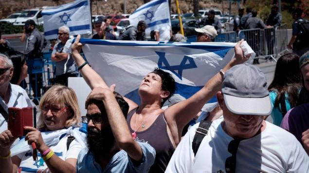 Les soutiens d'Elor Azaria, le soldat israélien condamné pour l'homicide involontaire en 2015 d'un attaquant palestinien, manifestent aux abords du tribunal militaire sur la base de Kiriya, le 30 juillet 2017 à Tel Aviv (Crédit : Tomer Neuberg/Flash90)