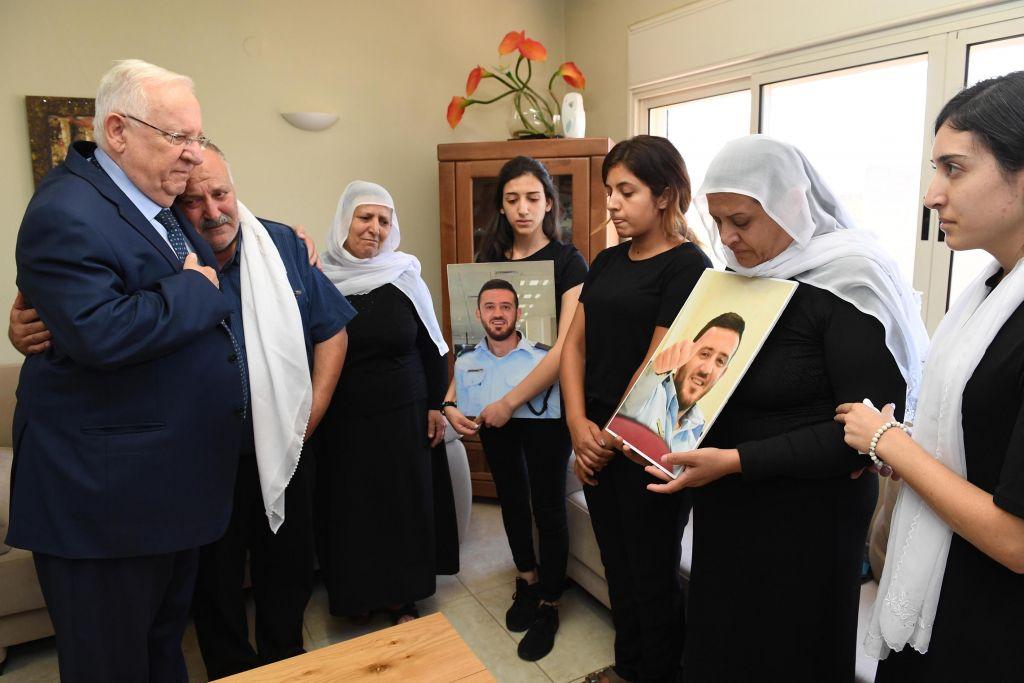 Le président Reuven Rivlin a rendu visite aux familles de Kamil Shnaan et Haiel Sitawe, les deux policiers morts dans l'attentat terroriste perpétré sur le mont du Temple à Jérusalem le 14 juillet 2017, dans les communes druzes de Maghar et Hurfeish, le 18 juillet 2017. (Crédit : Mark Neiman/GPO)
