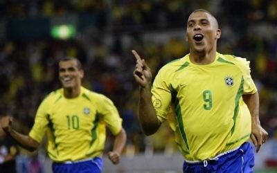 La légende du football brésilien Ronaldo, juste après avoir marqué un but lors d'un match de la Coupe du monde 2002 entre le Brésil et la Turquie (Crédit : Alex Livesey / Getty Images via JTA)