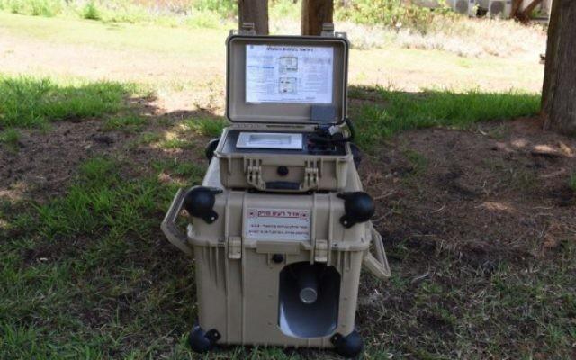 Une sirène mobile de l'armée qui peut être utilisée dans les champs et autres zones (Crédit : Bureau de porte-parole de l'armée)