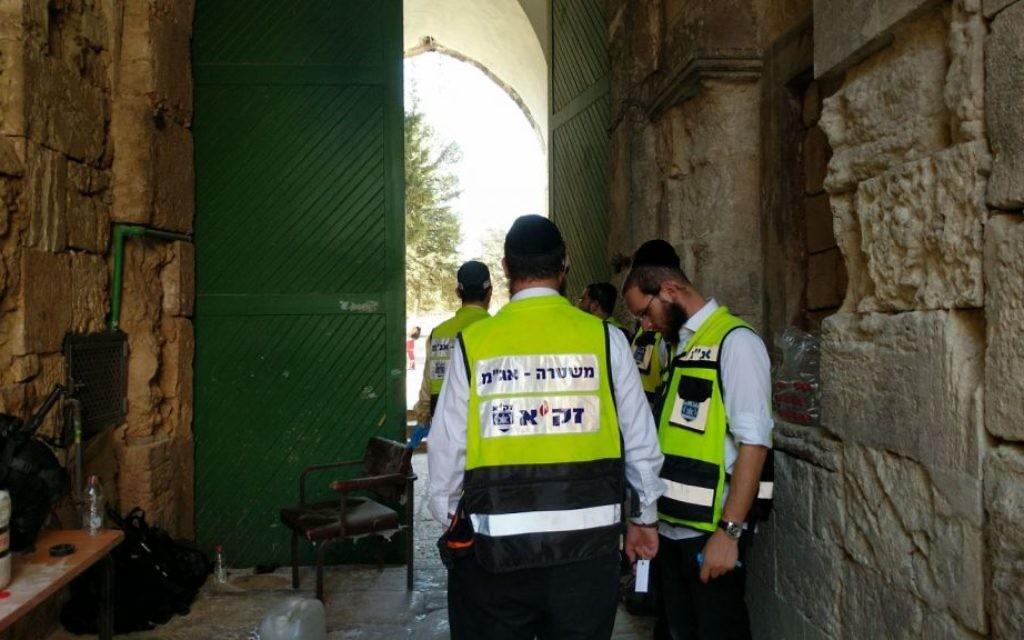 Une unité de ZAKA dans la Vieille Ville de Jérusalem après une attaque tuant deux policiers des frontières, le 14 juillet 2017 (Crédit : ZAKA)