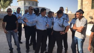 Le chef de la police Roni Alsheich, 2ème à droite, visite le mont du Temple après un attentat terroriste commis le 14 juillet 2017 (Crédit : Porte-parole de la police)