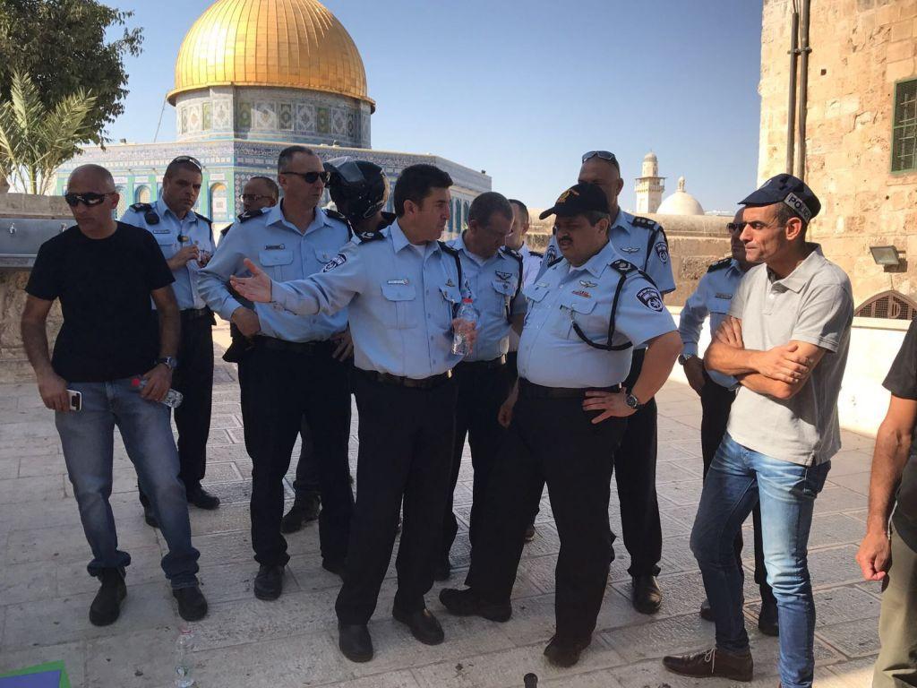 Le chef de la police Roni Alsheich, 2e à droite, sur le mont du Temple après un attentat terroriste, le 14 juillet 2017. (Crédit : porte-parole de la police)