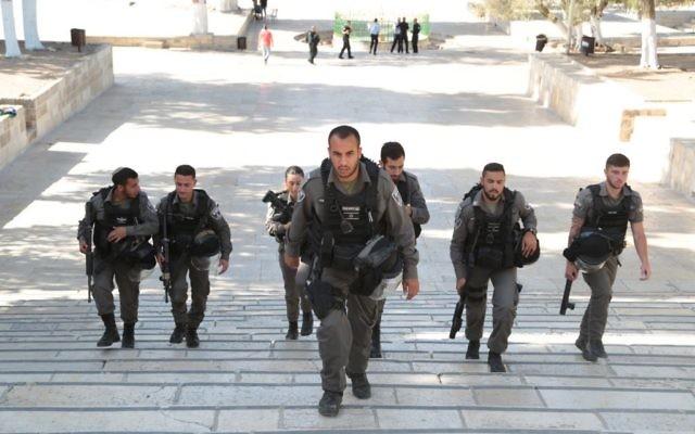 Des garde-frontières sur le mont du Temple après un attentat qui a tué deux des leurs, le 14 juillet 2017. (Crédit : police israélienne)