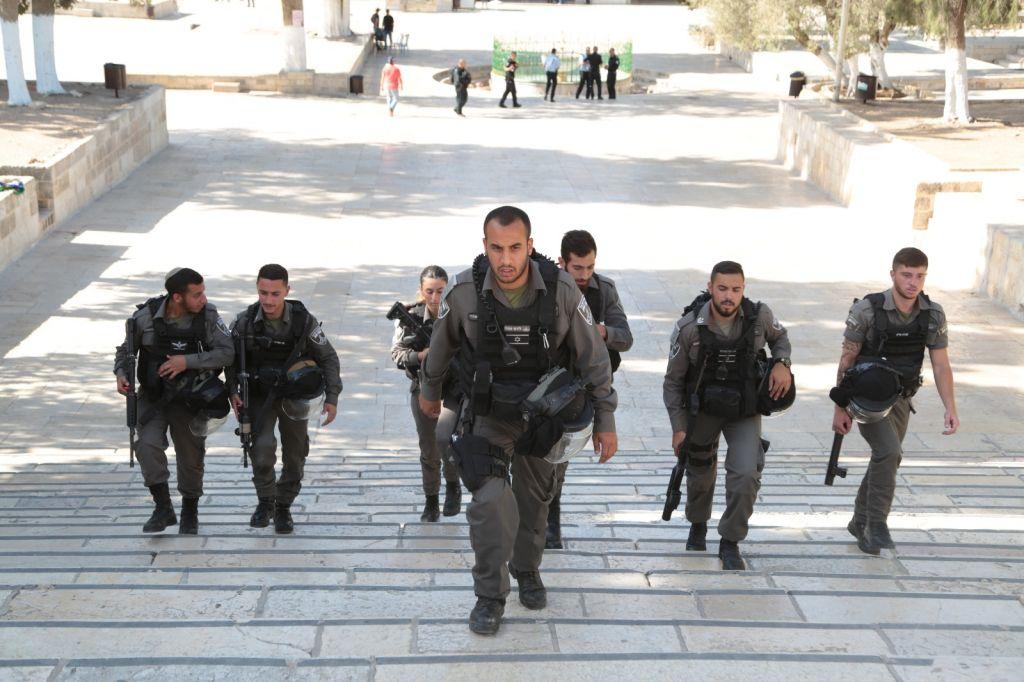 Des pliciers des frontières sur le mont du Temple après une attaque tuant deux des leurs, le 14 juillet 2017 (Crédit : police israélienne)