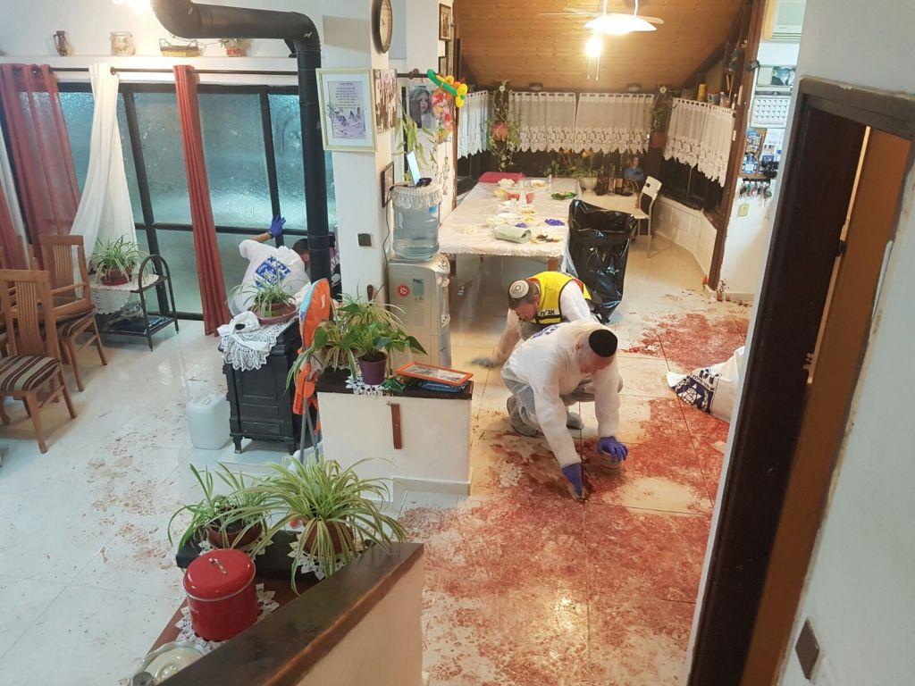 L'équipe de ZAKA sur les lieux de l'attaque au couteau au domicile des Salomon, le 22 juillet 2017 (Crédit : ZAKA)