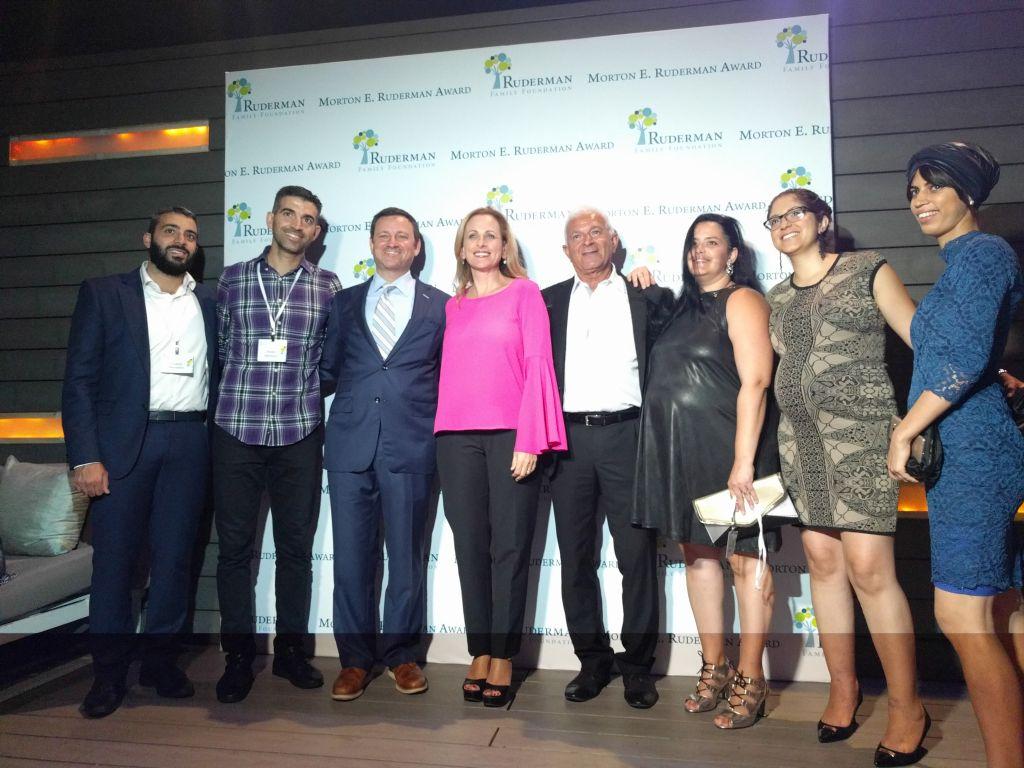 Marlee Matlin, au centre, avec Jay Ruderman, à sa gauche, pendant la cérémonie de remise des prix de la Fondation de la famille Ruderman, à Tel Aviv, le 18 juin 2017. (Crédit : Yaakov Schwartz/Times of Israël)