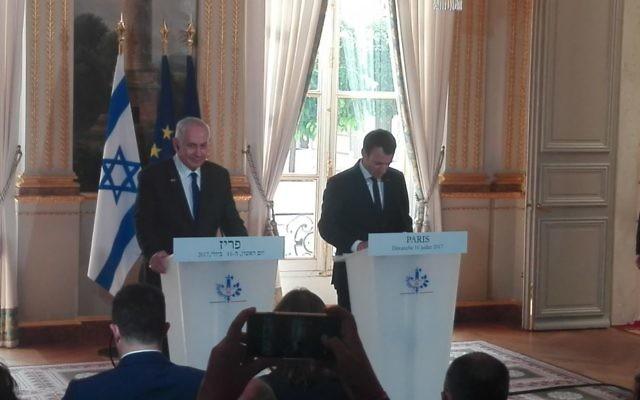 Le président français Emmanuel Macron et le Premier ministre Benjamin Netanyahu à l'Élysée, à Paris, le 16 juillet 2017. (Crédit : Pierre-Simon Assouline/Times of Israël)