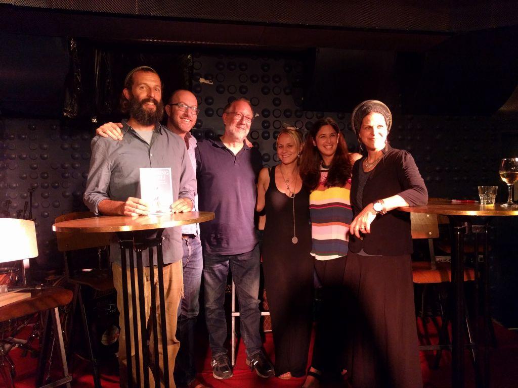 D gauche à droite Akiva Gersh, Benji Lovitt, Yossi Klein Halevy, Sarah Tuttle Singer, Hillary Faverman, et Chaya Lester. (Crédit : Yaakov Schwartz/Times of Israel)
