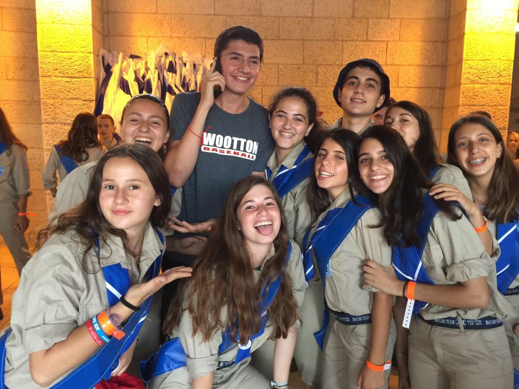 Les jeunes israéliens de Maccabi Youth ont été les porteurs du drapeau lors de la cérémonie d'ouverture de la Maccabiah (Crédit : Jessica Steinberg / Times of Israel)