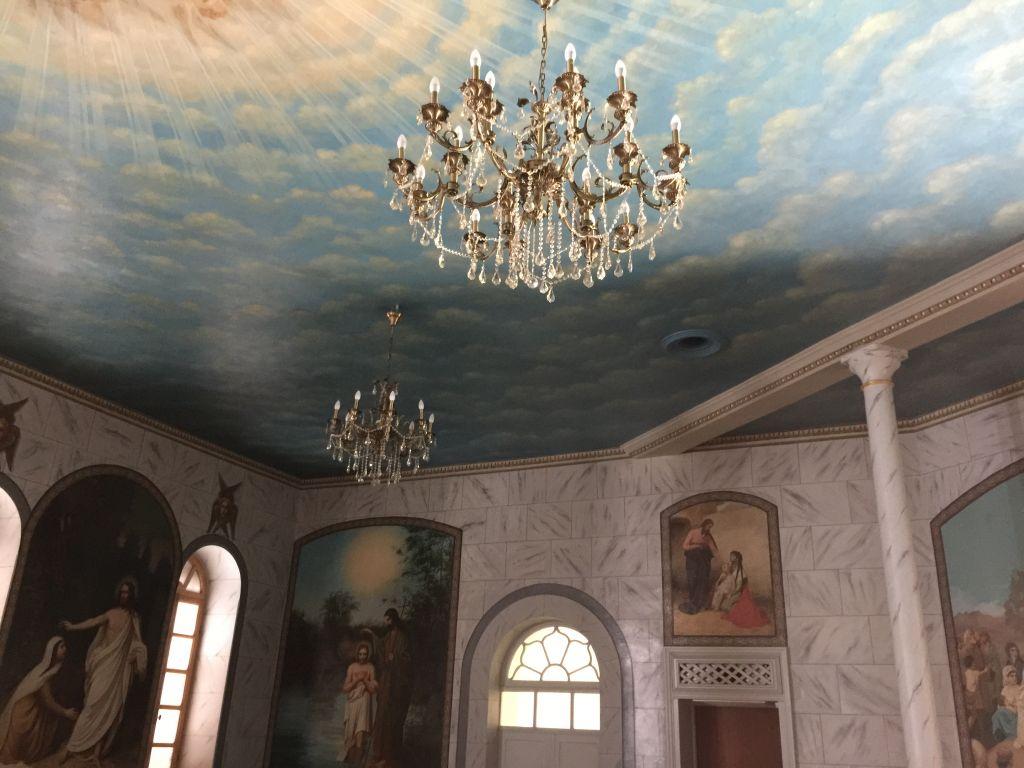 Les plafonds et murs minutieusement restaurés de l'ancienne salle à manger dans le complexe russe (Crédit : Jessica Steinberg/Times of Israel)
