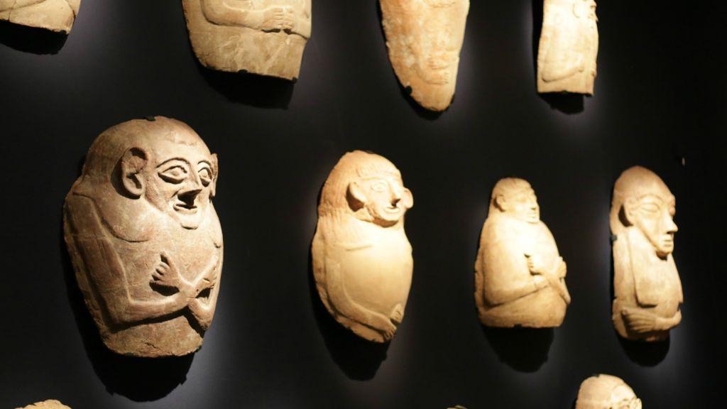 Une série de cercueils anthropoïdes, dans le style des Egyptiens, qui ont servi aux Egyptiens comme aux Cananéens (Crédit : Luke Tress/Times of Israel)