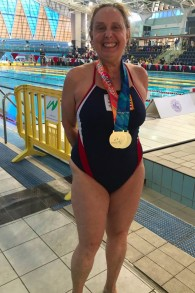 Jane Katz avec les médailles d'or remportées lors des épreuves féminines de nage libre et du 100 mètres dos crawlé lors de la 20ème édition des Maccabiades, au mois de juillet 2017 (Autorisation)