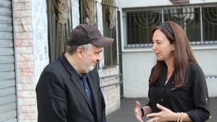Joelle Eckstein discute avec William Attal, le frère de Sarah Halimi tué en avril dans une attaque apparemment antisémite devant la synagogue centrale de Créteil, une banlieue de Paris, le 17 juin 2017 (Crédit : Raoul Wootliff/Times of Israel)