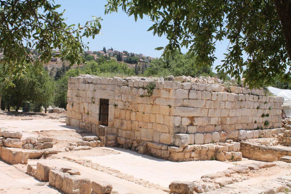 En 2006-7, l'archéologue Yevgeny Aharonovitch a creusé sous un immeuble carré, connu sous le nom de Weli Yetaim, qui avait plusieurs couches d'églises. (Crédit : Amanda Borschel-Dan / Times of Israel)