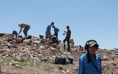 Ellen Jackson, à droite, chargée de la détection des métaux,  a aidé l'équipe ABR à trouver environ 250 pièces pendant les fouilles estivales sur le site de la ville biblique de Shiloh (Crédit :  Amanda Borschel-Dan/Times of Israel)