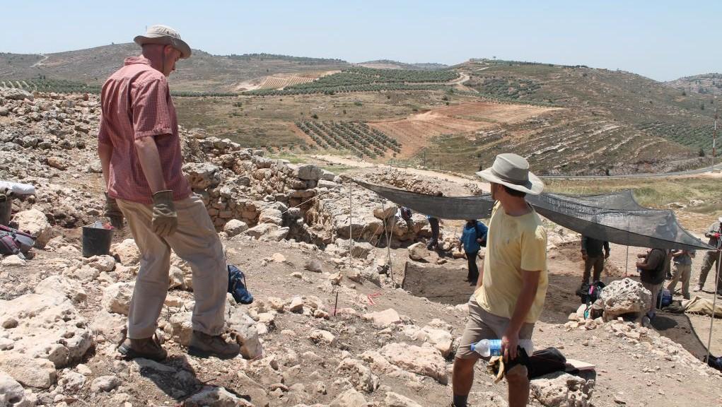 Les fouilles archéologiques sur le site de la ville biblique de Shiloh, le 22 mai 2017 (Crédit : Amanda Borschel-Dan/Times of Israel)
