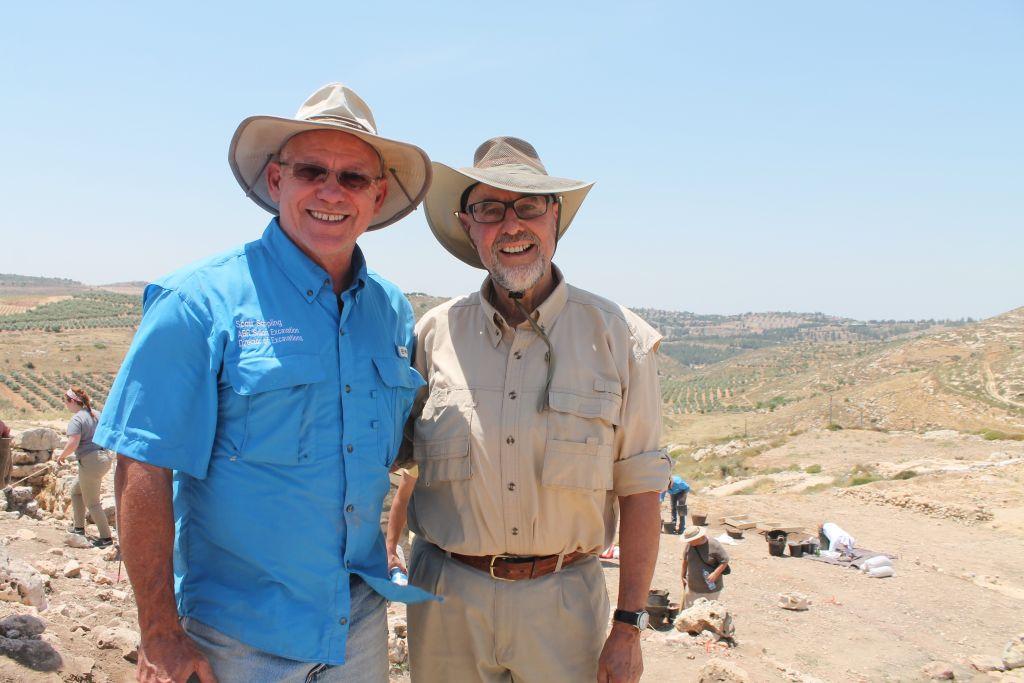 Chef de l'excavation de Shiloh, le docteur Scott Stripling (à droite) avec Walt Pasedag, un bénévole de l'ABR (Crédit : Amanda Borschel-Dan / Times of Israel)