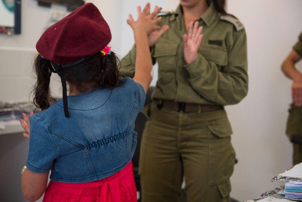 Une soldate israélienne joue avec une petite fille syrienne en Israël, dans le cadre de l'opération Bon voisin d'aide humanitaire aux Syriens touchés par la guerre civile. Photographie non datée, publiée le 19 juillet 2017. (Crédit : unité des porte-paroles de Tsahal)