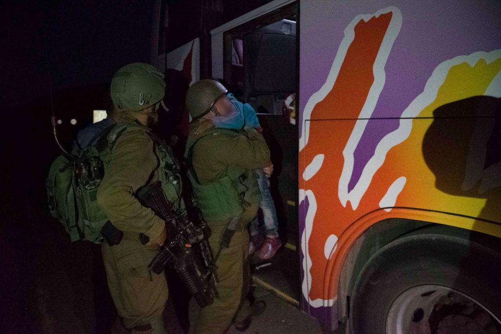 Des soldats israéliens aident un enfant syrien, dans le cadre de l'opération Bon voisin d'aide humanitaire aux Syriens touchés par la guerre civile. Photographie non datée, publiée le 19 juillet 2017. (Crédit : unité des porte-paroles de Tsahal)