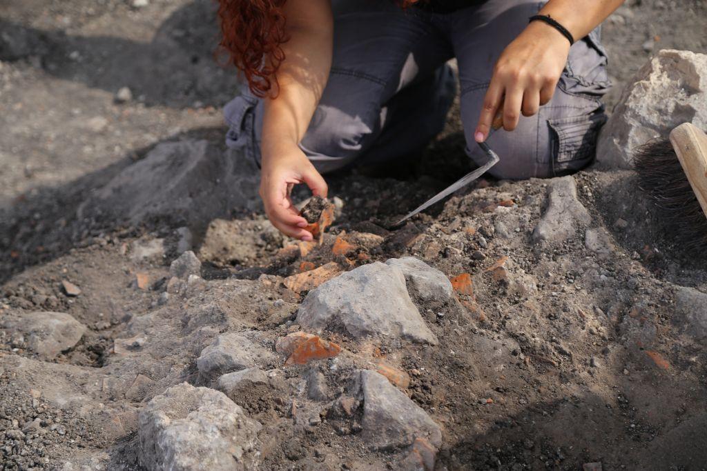 Les archéologues de l'équipe de 2017 fouillent le site de Magdala en Galilée, en Israël (Crédit : Autorisation)