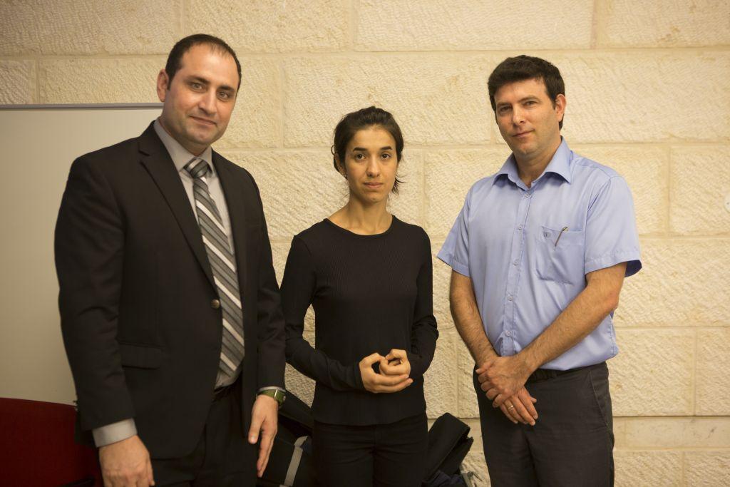 Le militant yézidi Haider Elias, Nadia Murad, avec le docteur with Dr. Eyal Kaminka, directeur de l'école internationale des Etudes de l'holocauste de Yad Vashem (Autorisation/IsraAID)
