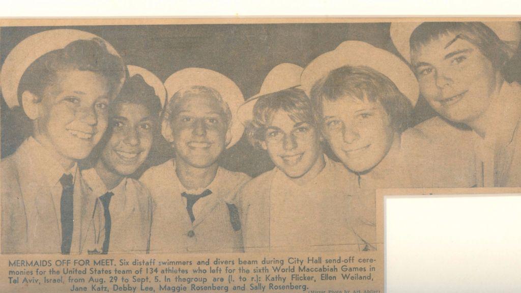 Jane Katz (troisième à gauche) sur une photo des nageuses américaines en lice pour les 6ème Maccabiades en Israël, en 1961, une photo publiée dans le New York Mirror. (Autorisation)