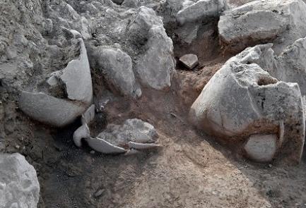 Des pots déterrés sur le site de l'ancienne ville de Shiloh, été 2017 (Crédit : Shiloh Association)