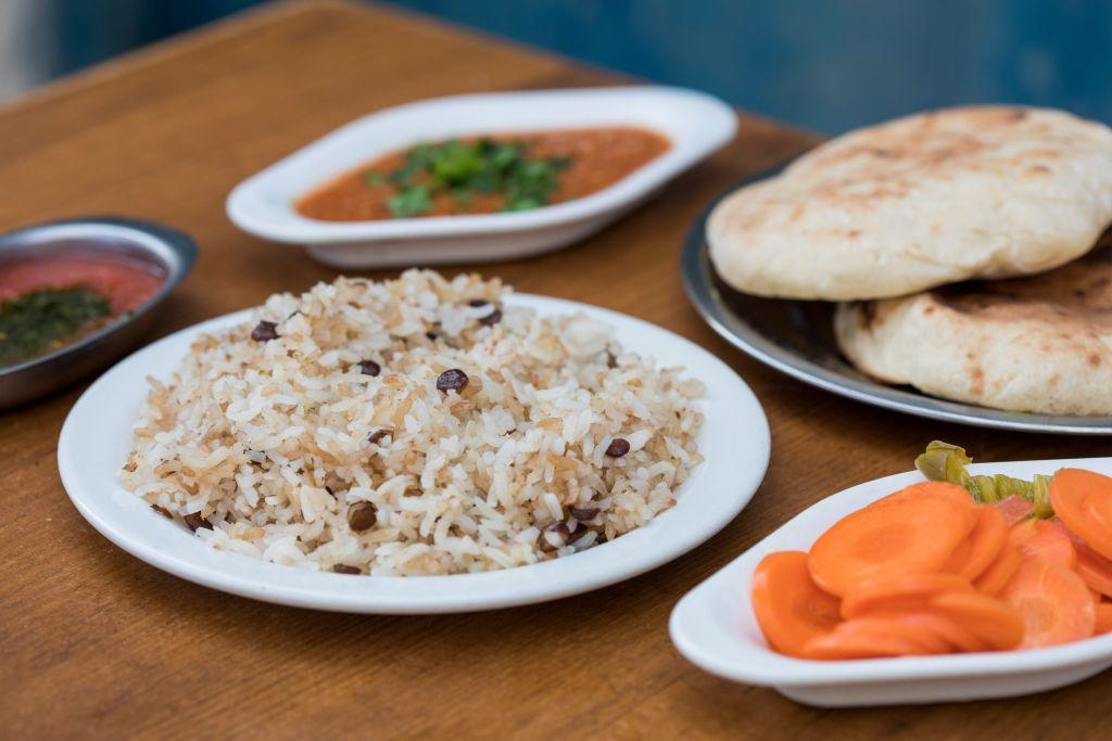 Un plat à riz du restaurant Erez, à Tel Aviv (Crédit : Kfir Harbi/ Bitemojo)