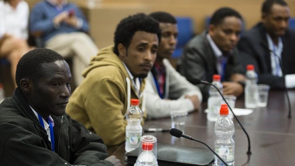Jacob Barry, demandeur d'asile, avec des représentants des réfugiés africains pendant une discussion sur la politique migratoire envers les demandeurs d'asile à la Knesset, le 15 janvier 2014. (Crédit : Flash90)