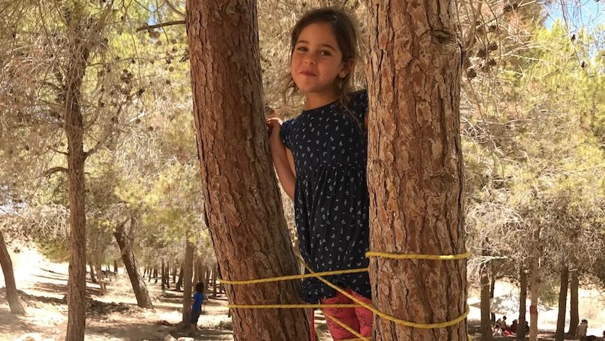 Une petite fille sur l'échelle qu'elle a construite à Mitzpe Ramon, le 13 juin 2017. (Crédit : Andrew Tobin)
